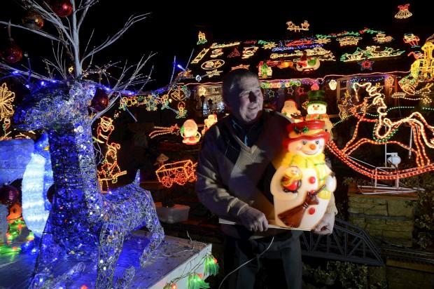 Em Bagby, Reino Unido, Eric Marshall passa três semanas por ano a iluminar a sua casa para o Natal - é já uma celebridade e aproveita para recolher fundos para a igreja local através de donativos