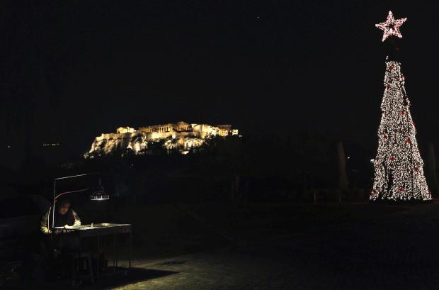Em Atenas, árvore de Natal e Acrópole iluminadas