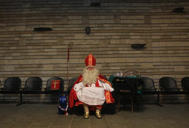 Um Pai Natal belga, ou São Nicolau, descansa enquanto aguarda as crianças. No caso, Lievin Pauwels, de 72 anos, que há quatro décadas cumpre este papel