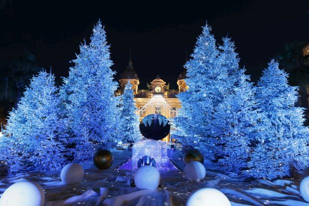 Lá dentro brilha o dinheiro, cá fora o Natal: decorações frente ao Casino Monte-Carlo