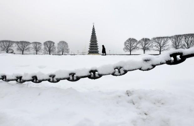 Num deserto de neve, um passeio solitário junto a àrvore de Natal de São Petersburgo, Rússia