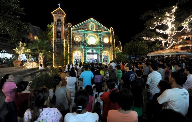 Uma missa de Natal com direito a multidão nas Filipinas. Uma série de nove missas natalícias assinalam o início das celebrações religiosas de Natal (aqui em Las Pinas) )