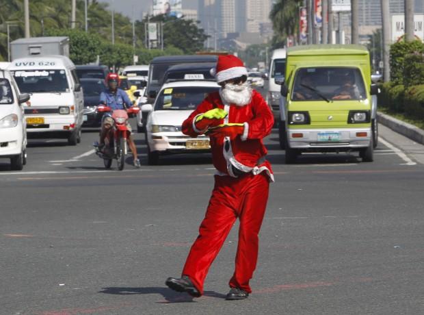 Com um polícia sinaleiro assim, o trânsito é mesmo mais natalício. Visto em Manila, Filipinas, onde as celebrações de Natal chegam a começar em... Setembro