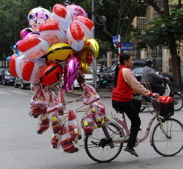 Em Hanói, no Vietname, o Natal também não passa em branco. Menos de 7% da população é cristã mas não faltam decorações e comemorações