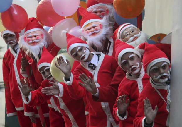 Estudantes preparados para as celebrações de Natal na sua escola na cidade de Chandigarh, Índia