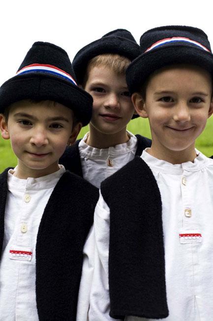 Meninos croatas depois de uma actuação de dança na escola de uma aldeia