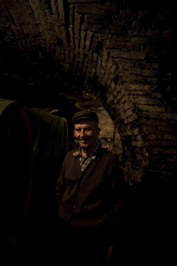 Na Croácia, um produtor de vinho na sua cave secular