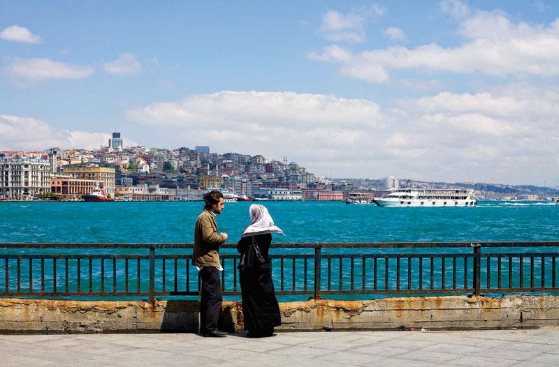 Casal de namorados junto ao Bósforo, em Istambul
