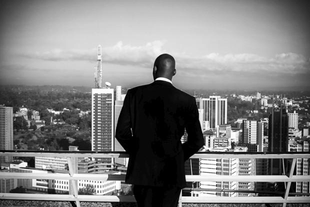 Uma cidade debaixo de olho: A partir do topo de um edíficio governamental, um segurança observa a cidade de Nairobi, Quénia
