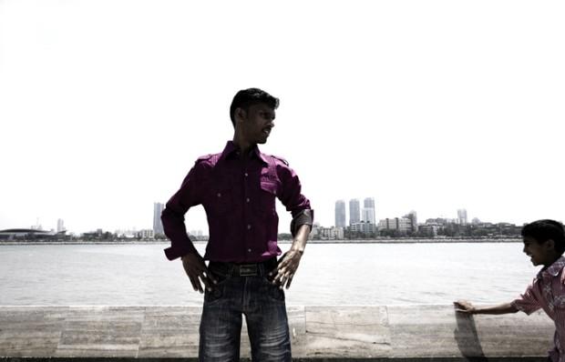 Em pose, com a poderosa Mumbai (Bombaim) ao fundo, Índia