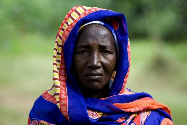 Habitante de uma aldeia no sul da Guiné-Bissau com traje cerimonial