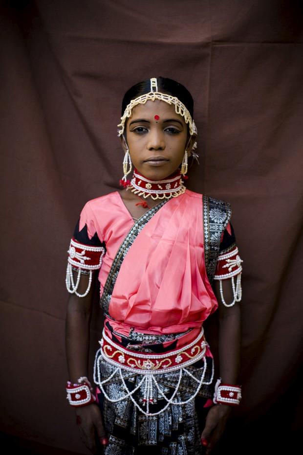 Em pose profissional, um jovem dançarino na Índia