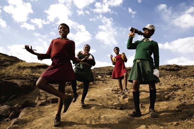 Jovens estudantes regressam a casa depois de mais um dia de aulas numa aldeia das montanhas do Lesoto
