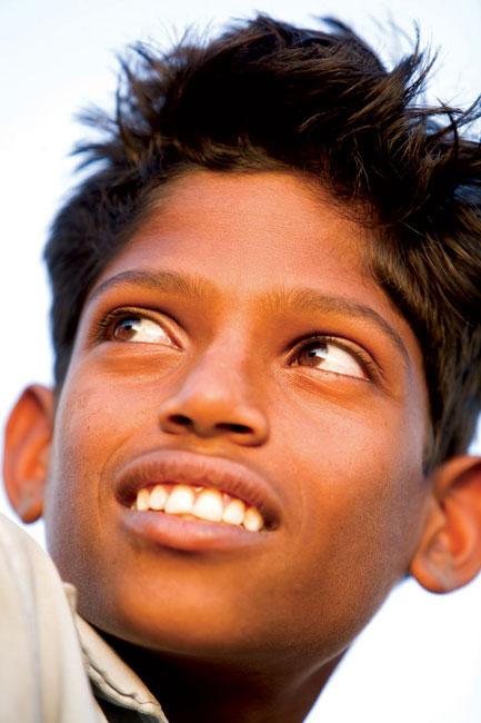 O sorriso de um menino fotografado em Calcutá, Indía