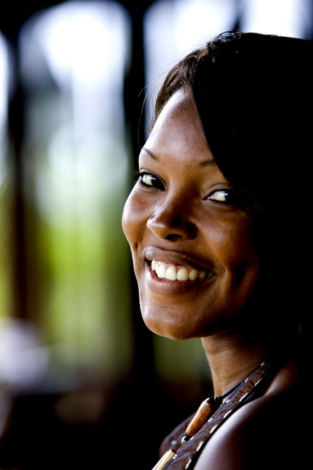 Uma sul-africana recebe-nos de sorriso aberto na província do KwaZulu-Natal