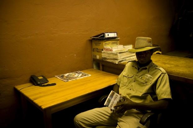 Um ranger descansa no seu gabinete no parque Mlilwane na Suazilândia