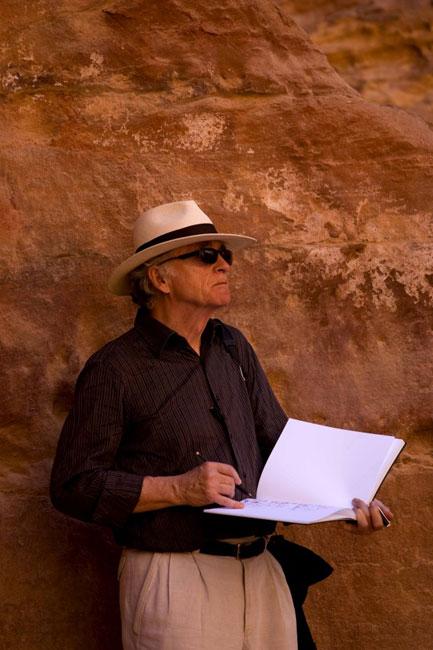 Um turista a desenhar os tesouros de Petra na Jordânia