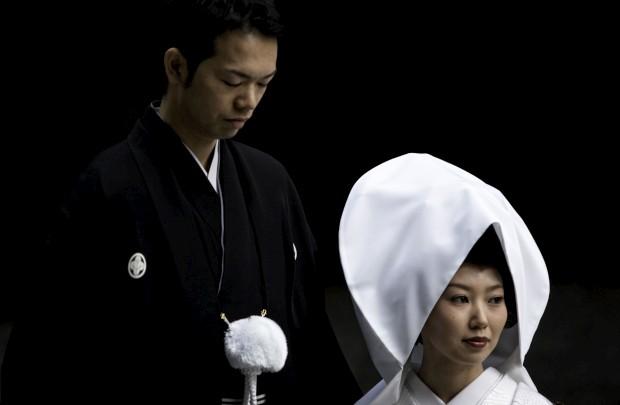 Casal de noivos durante a sua sessão fotográfica, em Tóquio