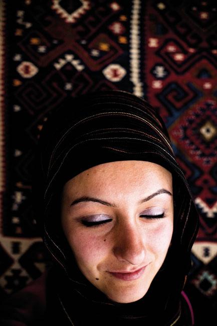 Uma rapariga curda fotografada numa fábrica de tapetes junto ao lago Van no Curdistão turco