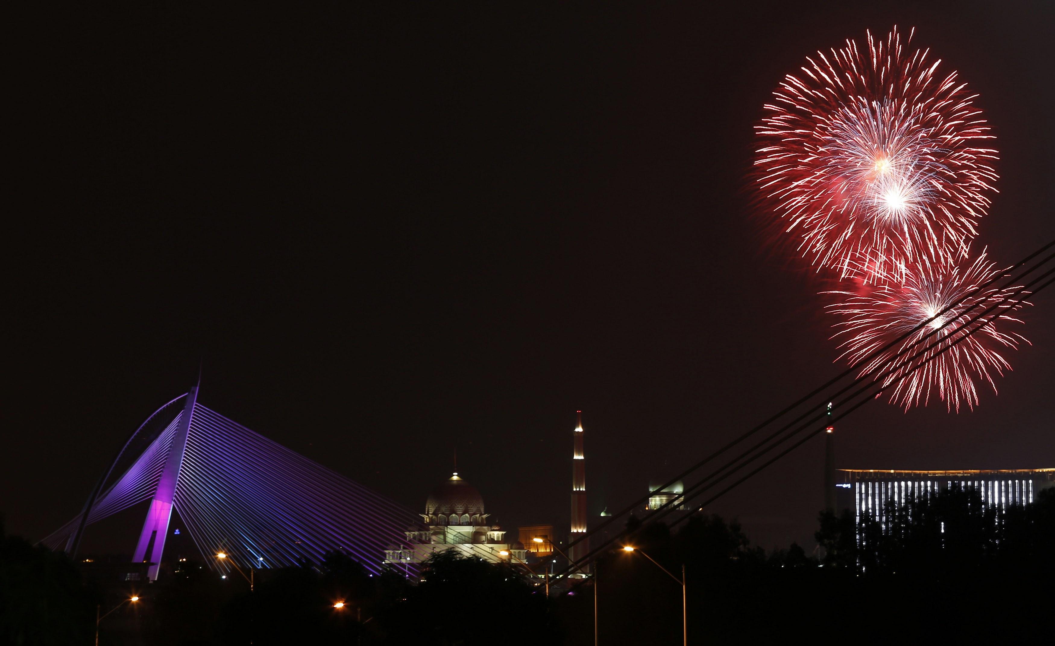 Fogo-de-artifício na passagem de ano em Putrajava, capital da Malásia