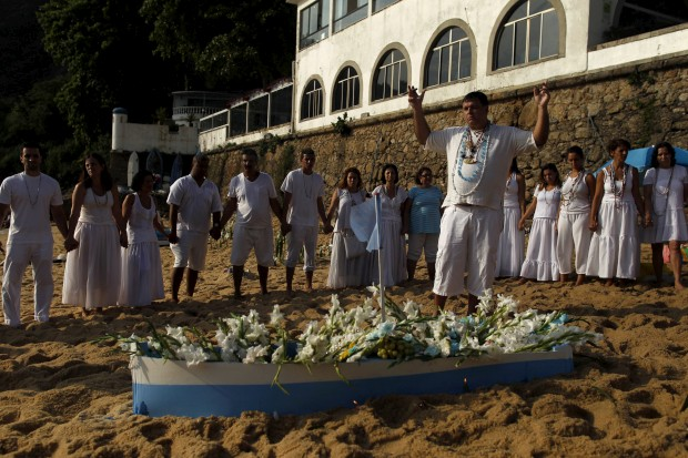 BRASIL, 31.12.2012. Na Praia Vermelha do Rio, as preces a Iemanjá, senhora dos mares. Agradece-se o ano que passou, pede-se a benção para o que aí vem