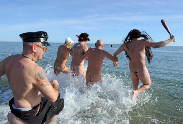 FRANÇA, 31.12.2012. Uma tradição global, o banho de fim de ano e/ou ano novo. Aqui, um grupo diverte-se numa praia nudista de Le Cap d'Agde
