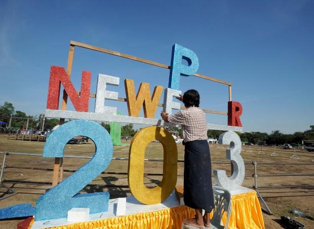 BIRMÂNIA/Myanmar, 31.12.2012. A preparar os votos de um feliz 2013. É a primeira vez que o país faz a festa com contagem decrescente e fogos-de-artífico públicos para um novo ano. Em Yangon