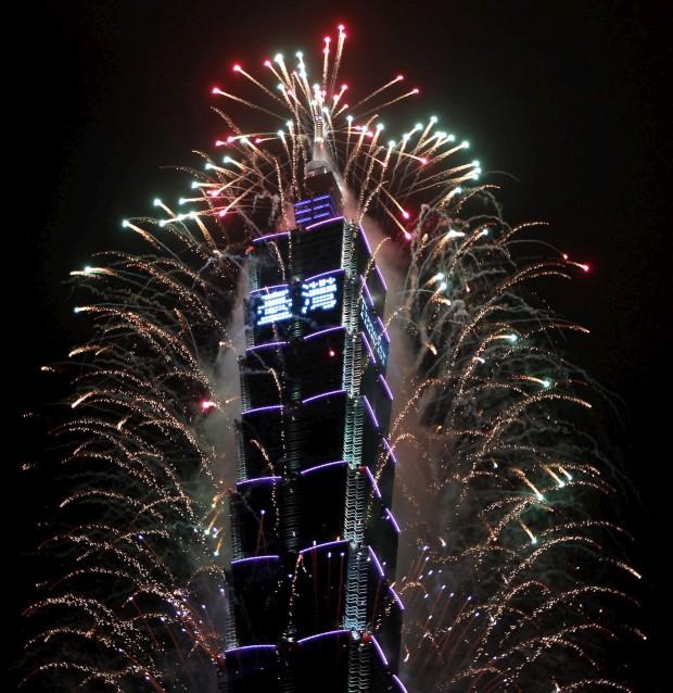 TAIWAN, 31.12.2012. Pirotecnica em redor do mais alto prédio do país, o Taipei 101