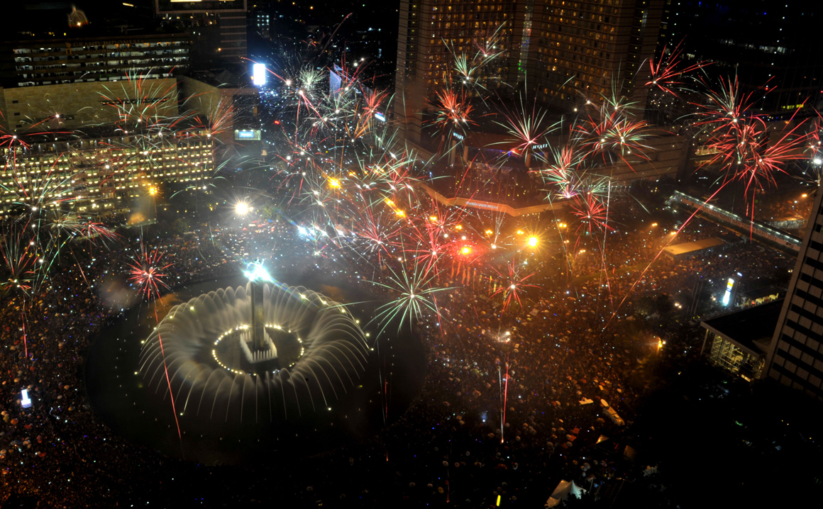 Indonésios celebram chegada de 2013 na mais importante zona de negócios de Jacarta