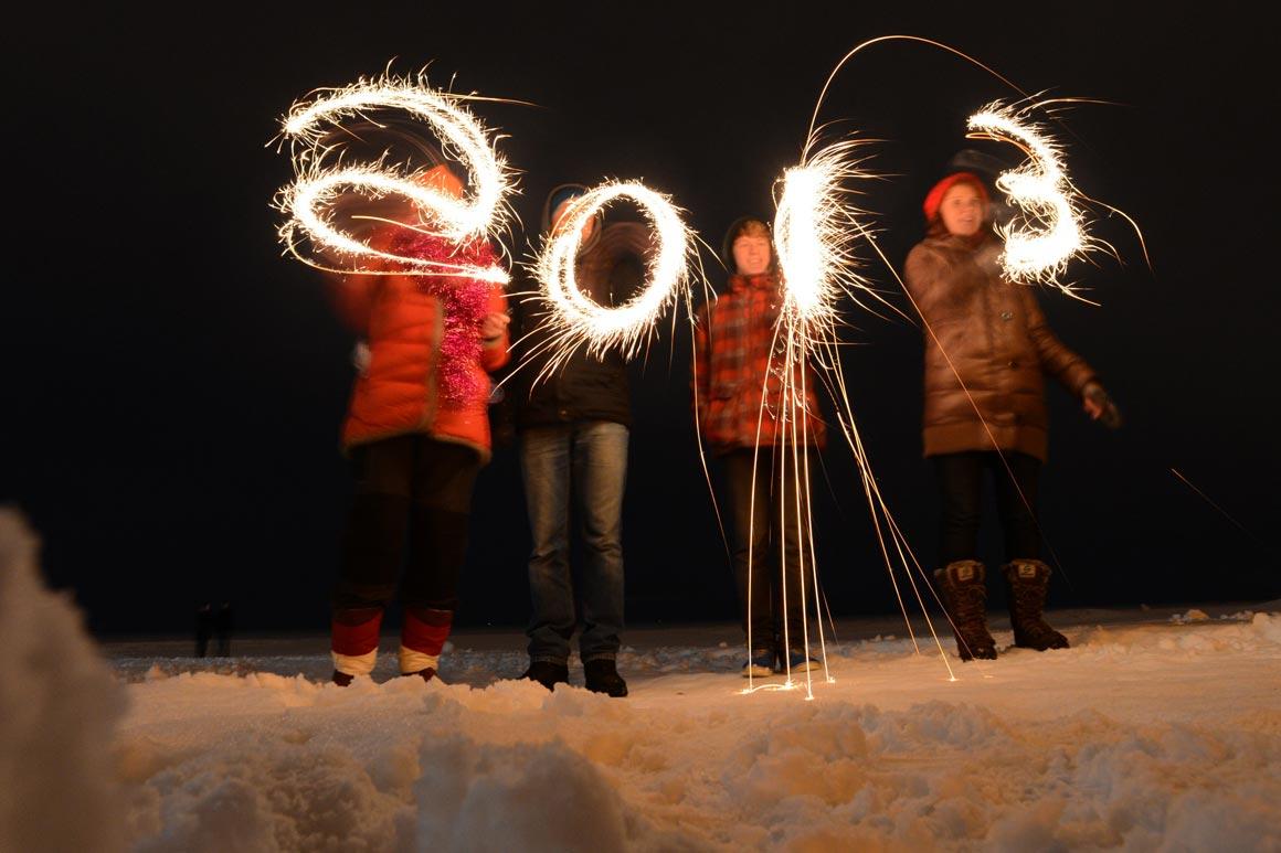 Russos escrevem 2013 com fogo-de-artíficio, em Zelenogorsk