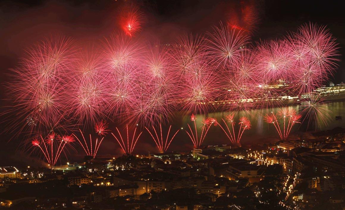 Fogo-de-artifício na baía do Funchal, na Madeira