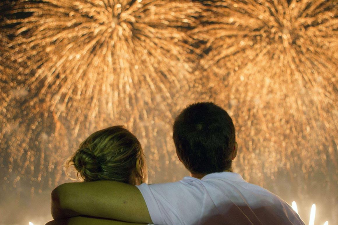 Um casal assiste ao inicio de ano em Copacabana, no Rio de Janeiro