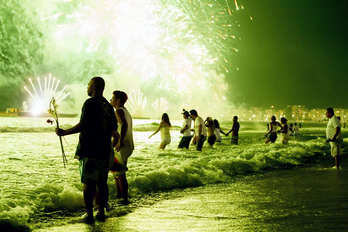 Fogo-de-artifício na praia de Copacabana, Rio de Janeiro, Brasil