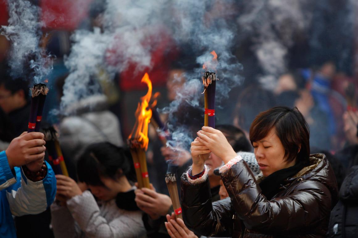 Queima de incenso no templo Yufo no primeiro dia de 2013, Xangai, China