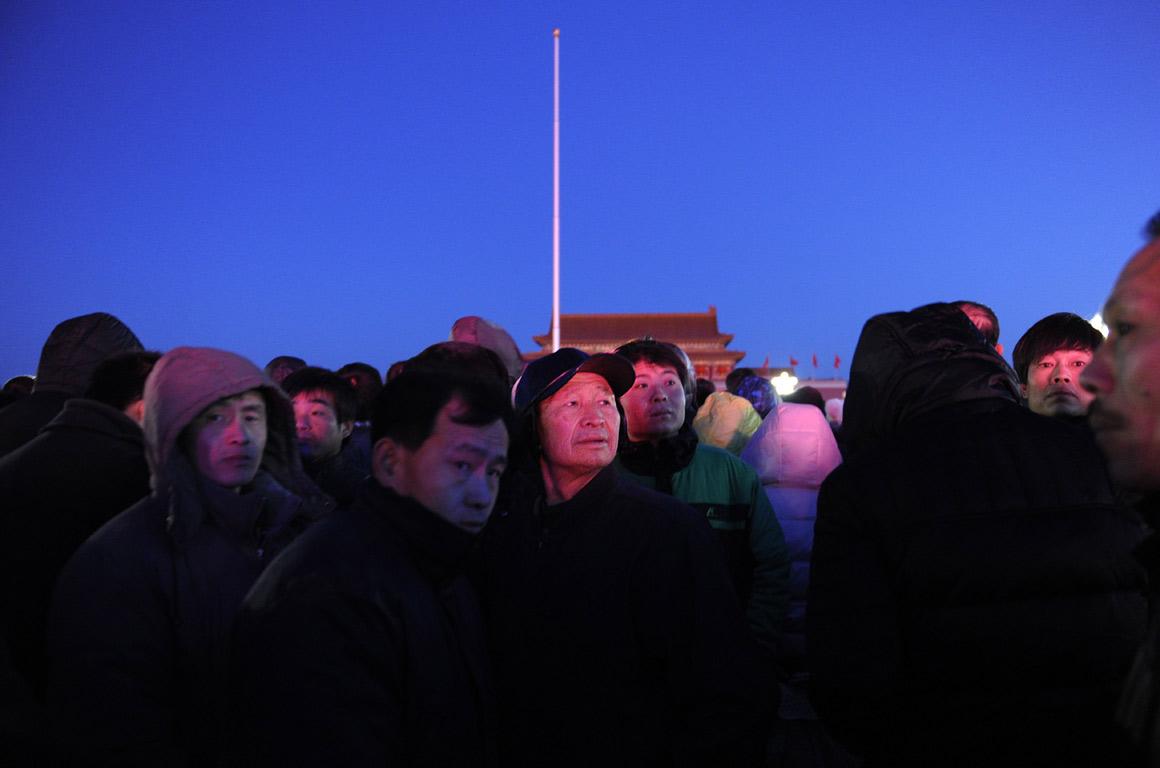 Chineses esperam pela cerimónia do hastear da bandeira na madrugada do primeiro dia do novo ano, na Praça de Tiananmen, em Pequim