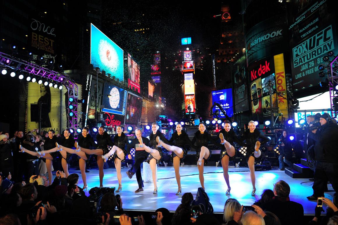 O mayor de Nova Iorque Michael Bloomberg e as Rockettes celebram a passagem de ano em Times Square, Nova Iorque