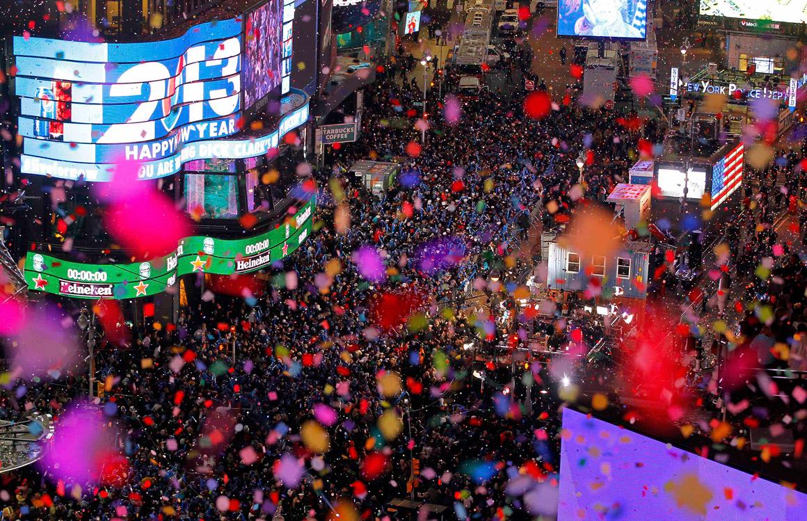 Confetti lançado à meia-noite em Times Square, Nova Iorque