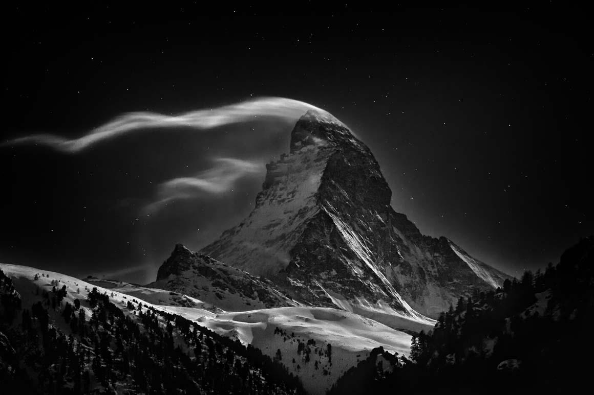 Primeiro Prémio/Lugares: O Matterhorn, nos Alpes, com seus 4478 metros, numa noite de lua cheia