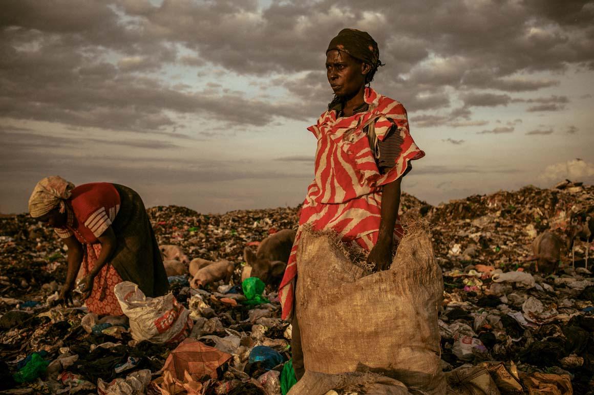 Primeiro Prémio/Pessoas: Ao final do dia, é permitido às mulheres apanhar lixo em Dandora, no Quénia