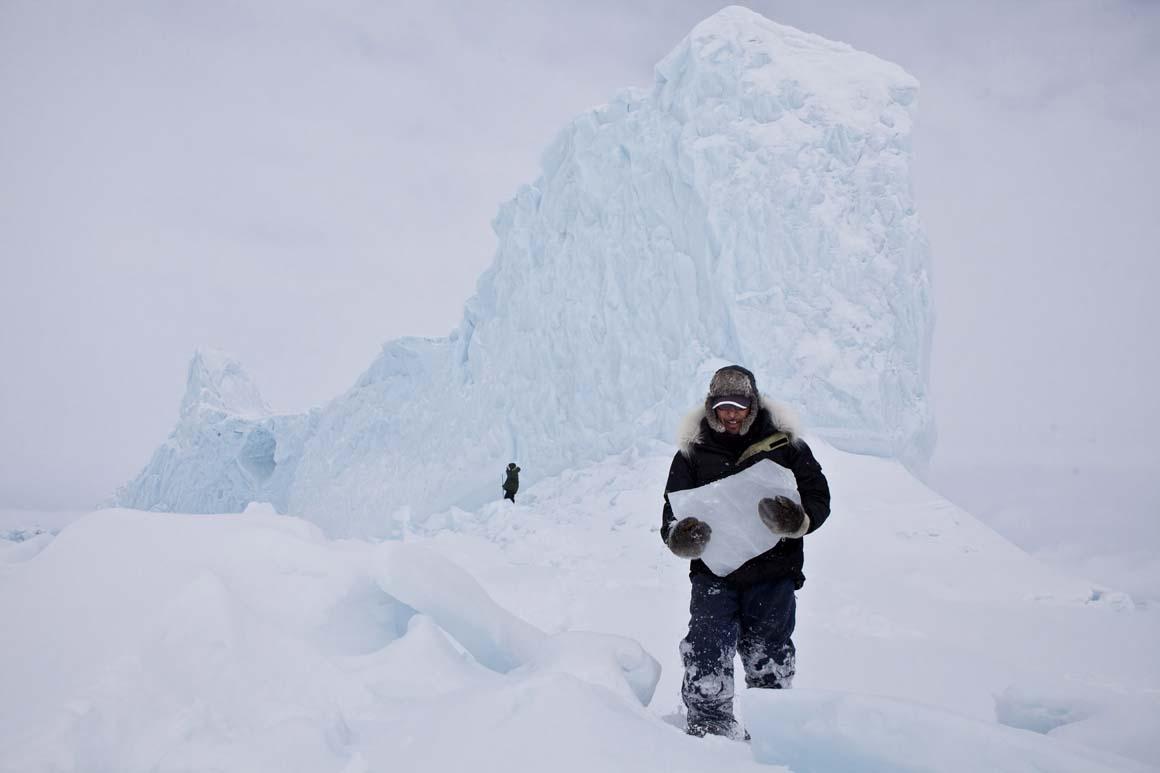Escolha dos leitores/Lugares: Cortar blocos de gelo de um iceberg é uma forma comum da comunidade Inuit obter água.