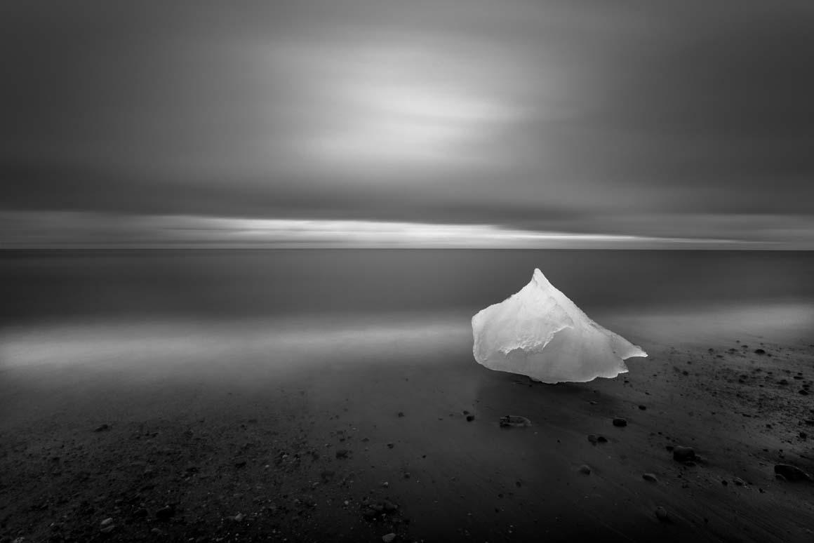 Menção Honrosa: Bloco de gelo separado de um glaciar na Islândia, Imagem obtida com uma exposição de quatro minutos, em dois dos quais o bloco foi iluminado pelo fotógrafo.