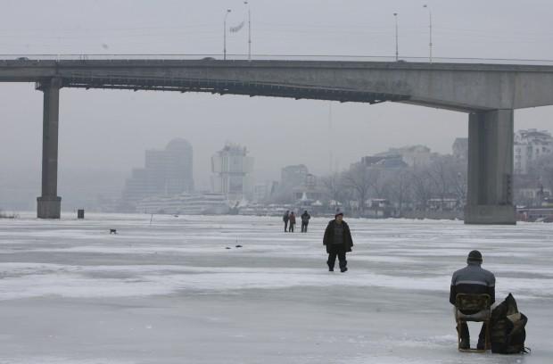 RÚSSIA, 3.1.2013. Pescadores em buracos no gelo no rio Don da cidade de Rostov