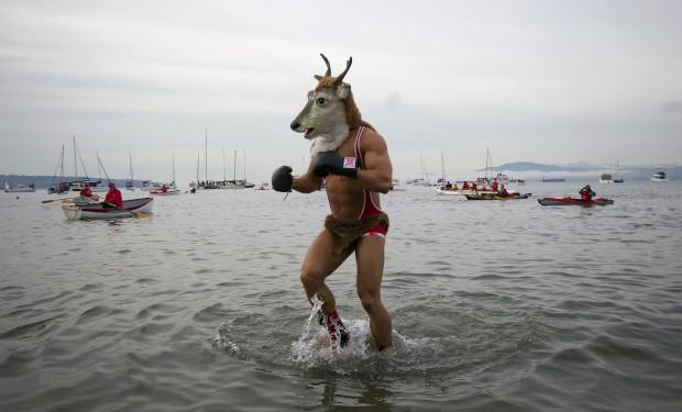 CANADÁ, 1.1.2013. Um participante do Mergulho do Urso Polar, tradição do dia de ano novo. Em Vancouver