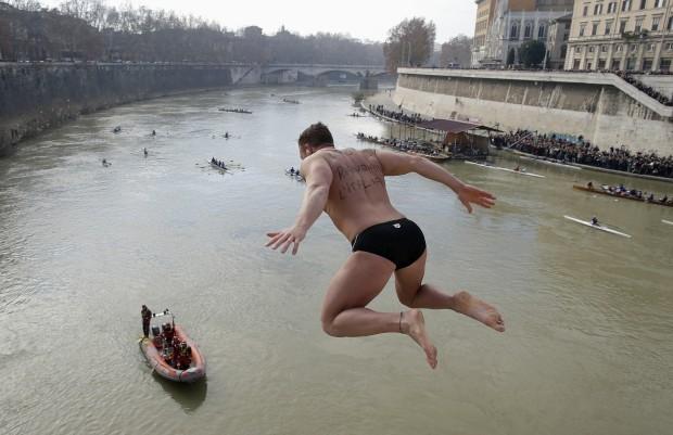 ITÁLIA, 1.1.2013. Mergulho no rio Tibre da ponte Cavour, em Roma, tradição do dia de ano novo.