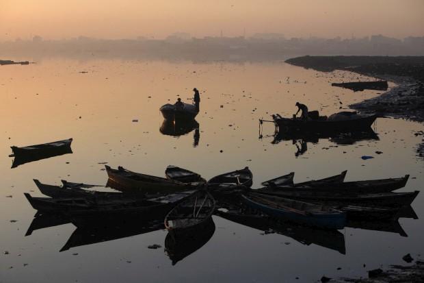 PAQUISTÃO, 1.1.2013. Pescadores ao nascer do dia em Carachi