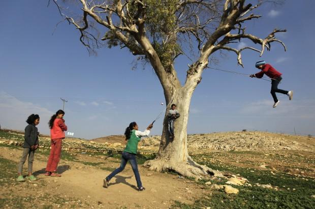 CISJORDÂNIA, 2.1.2013. Raparigas a brincar perto de Jenin no início do ano