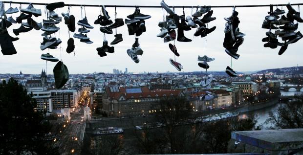 REPÚBLICA CHECA, 2.1.2013. A linha de sapatos em fio eléctrico no parque Letna, com Praga no horizonte