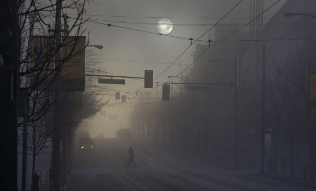 CANADÁ, 3.1.2013. Nascer do sol sob intenso nevoeiro em Vancouver