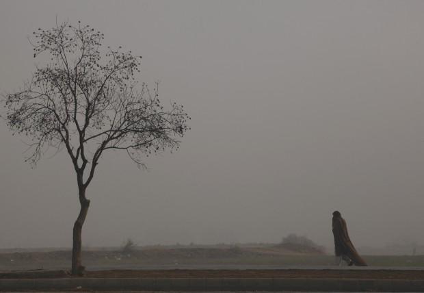 PAQUISTÃO, 4.1.2013. Em Islamabad, uma manhã sob nevoeiro intenso