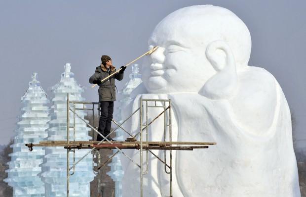 CHINA, 10.1.2013. A polir uma estátua do festival de neve e gelo de Shenyang
